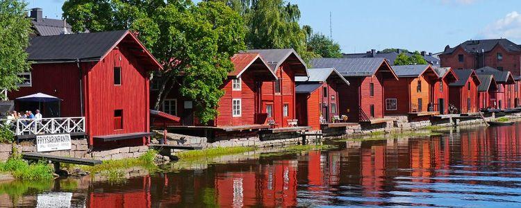 Деревянные домики у озера в Финляндии