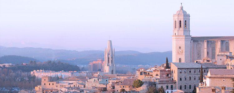 Город Жирона на закате